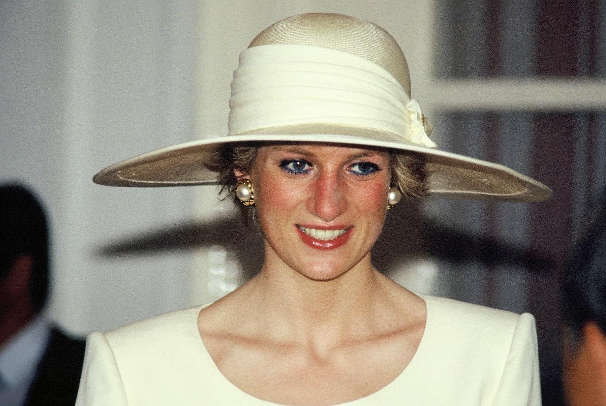 Lady D con un cappello bianco