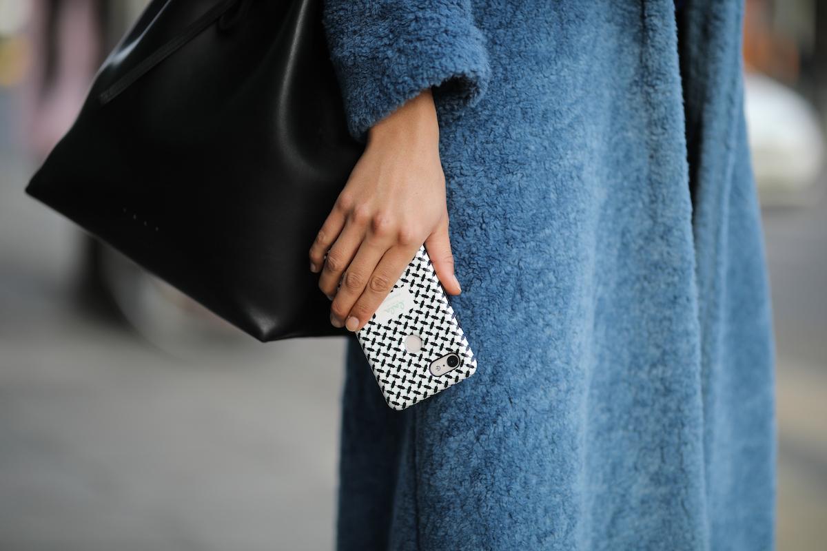 cellulare cappotto blu