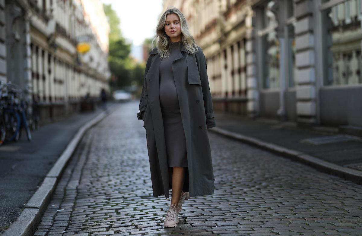 gravidanza street style cappotto grigio donna incinta
