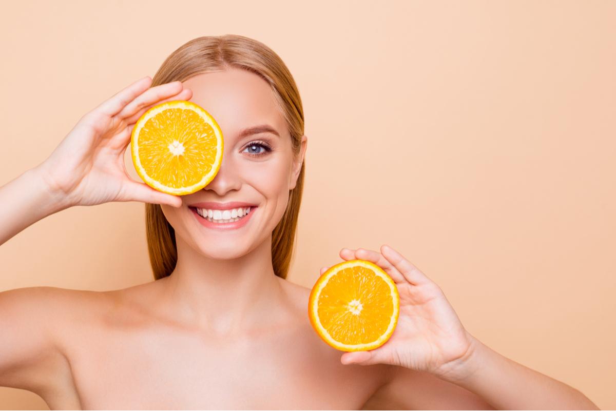 Ragazza con delle arance