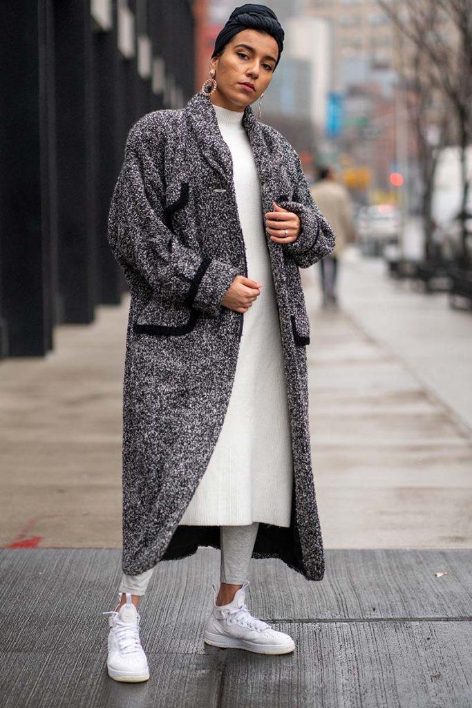 cappotto lungo grigio sneakers bianche