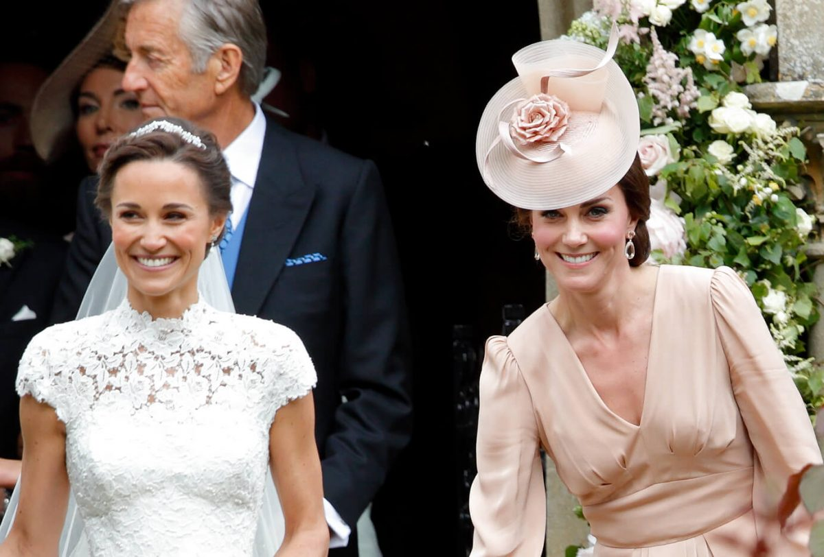 Pippa Middleton lascia la chiesa di San Marco accompagnata da Catherine, duchessa di Cambridge, dopo il suo matrimonio il 20 maggio 2017 a Englefield Green, in Inghilterra.