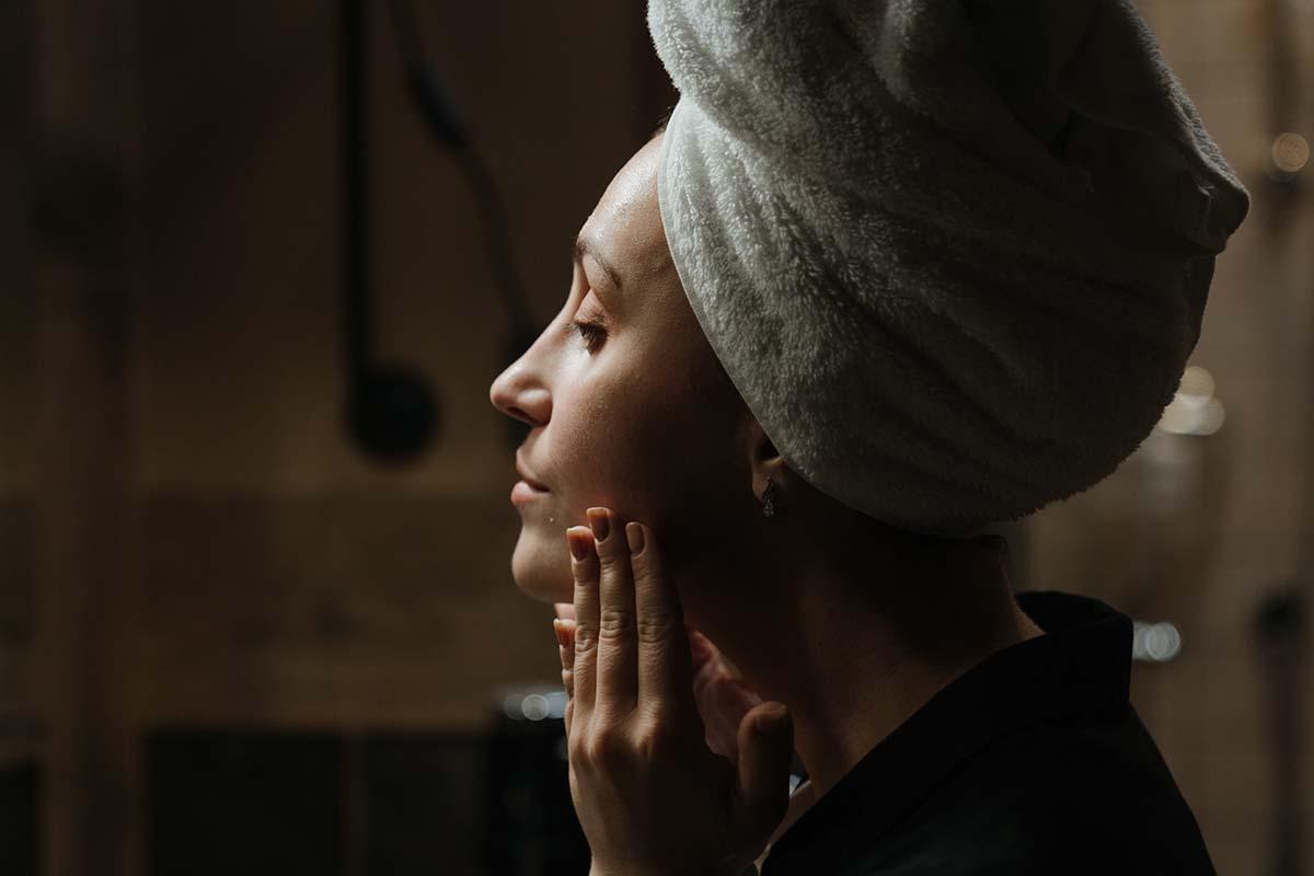 donna ragazza turbante beauty routine