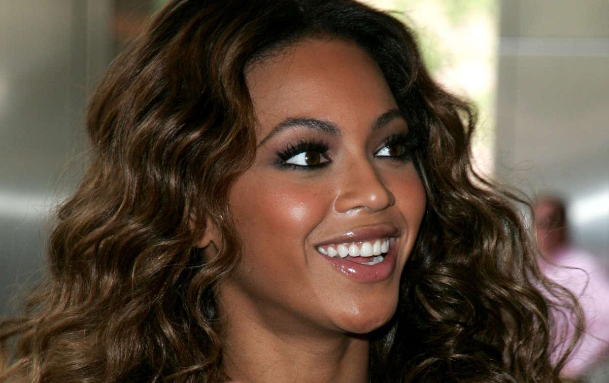 Beyonce con le ciglia finte