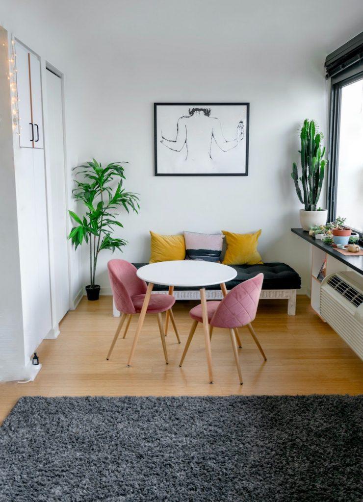 stanza living tavolo pranzo segue rosa tappeto grigio