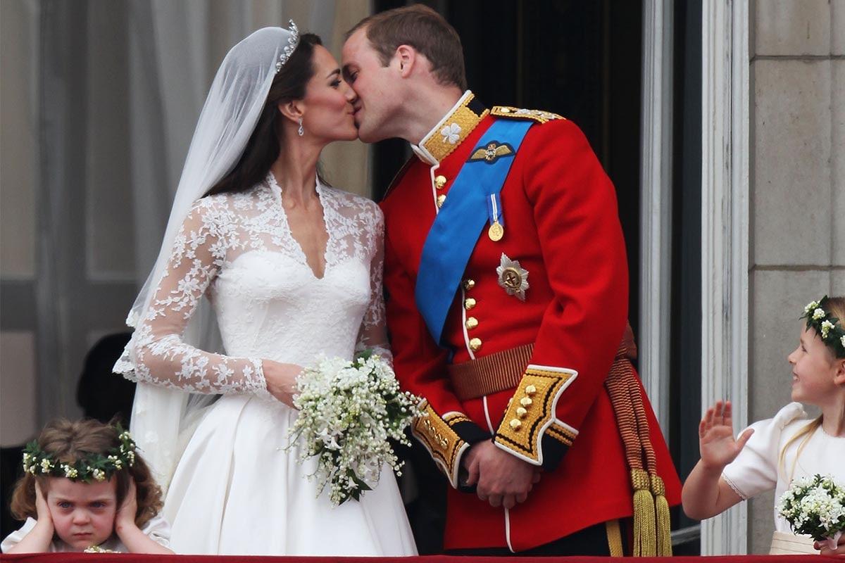 Le loro altezze reali il principe William, duca di Cambridge e Catherine, duchessa di Cambridge si baciano sul balcone a Buckingham Palace il 29 aprile 2011 a Londra, Inghilterra. Il matrimonio del secondo in linea al trono britannico è stato guidato dall'arcivescovo di Canterbury e ha visto la partecipazione di 1900 ospiti, tra cui membri della famiglia reale straniera e capi di stato. Migliaia di sostenitori da tutto il mondo sono accorsi a Londra per assistere allo spettacolo e allo sfarzo del royal wedding