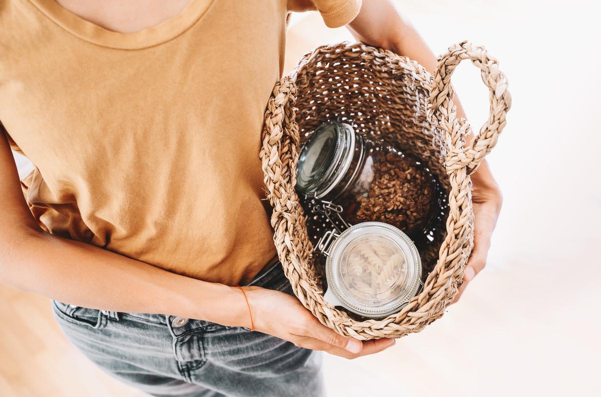 Ragazza con oggetti ecologici per la cucina