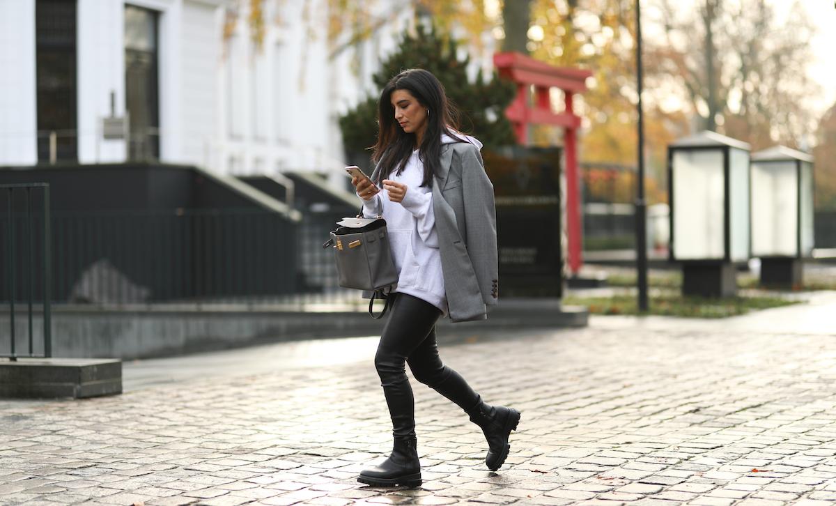 ankle boots leggings pelle nera anfibi felpa bianca blazer grigio oversize Kelly bag hermes