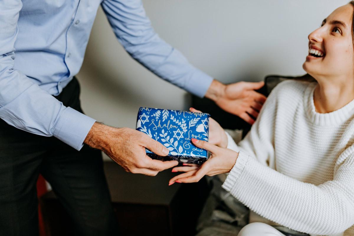 padre e figlia con regalo in mano