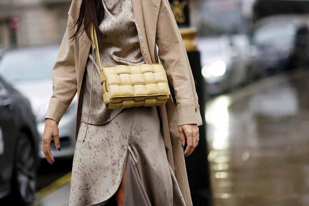 outfit beige borsa gialla primavera