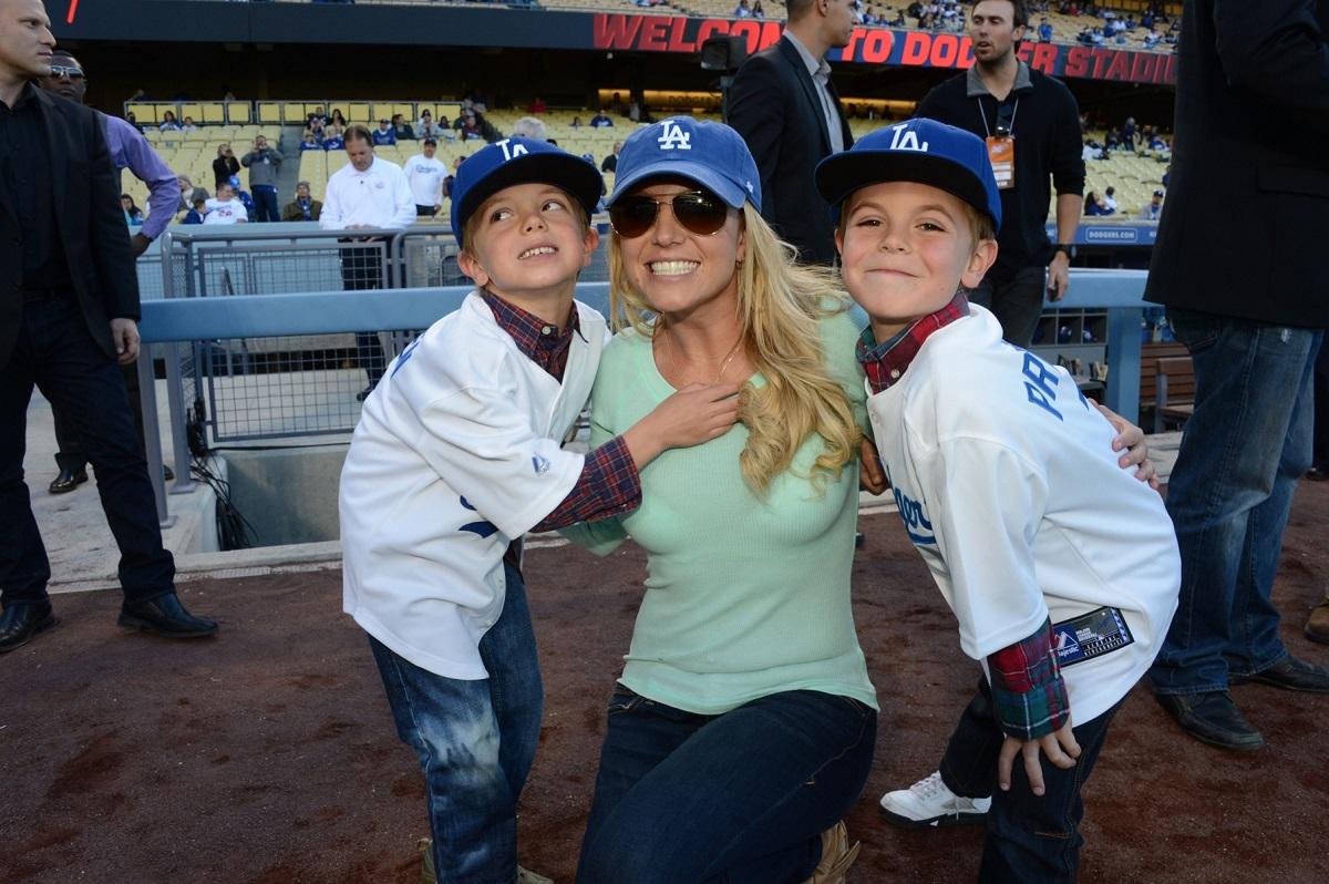 Britney Spears posa con i figli Jayden James Federline (L) e Sean Preston Federline (R) durante una partita contro i San Diego Padres al Dodger Stadium il 17 aprile 2013 a Los Angeles, California