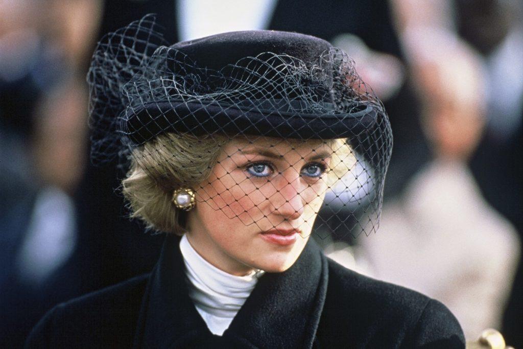 Durante una visita ufficiale in Francia, la Principessa del Galles partecipa a un servizio che commemora il 70 ° anniversario dell'armistizio, presso l'Arco di Trionfo a Parigi, l'11 novembre 1988. Indossa un cappotto doppiopetto di Jasper Conran, con un papavero commemorativo, e un cappello Viv Knowlands
