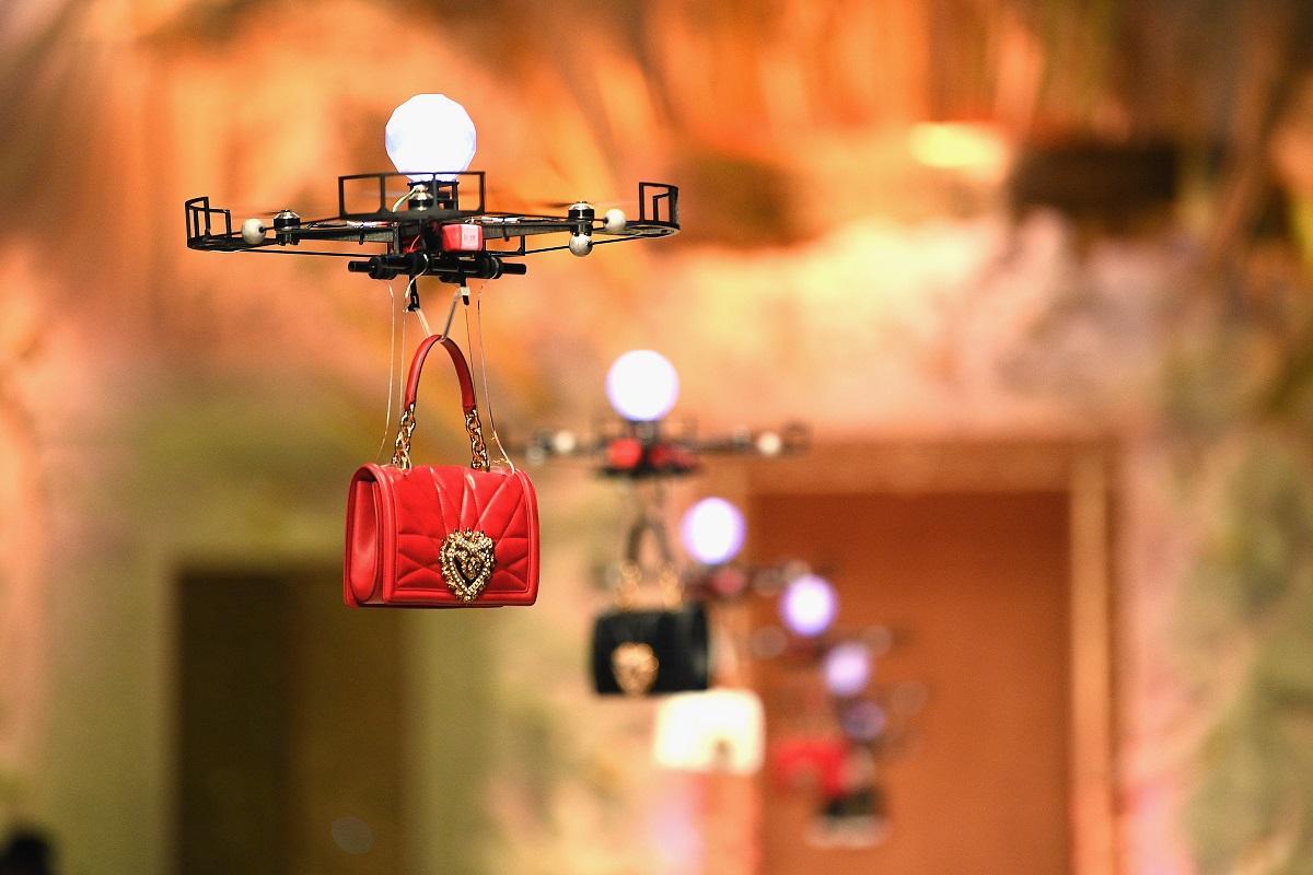 Milano Digital Fashion Week Borsa rossa Dolce & Gabbana - I droni trasportano borse lungo la passerella alla sfilata di Dolce & Gabbana durante la Milano Fashion Week Autunno / Inverno 2018/19 il 25 febbraio 2018 a Milano, Italia
