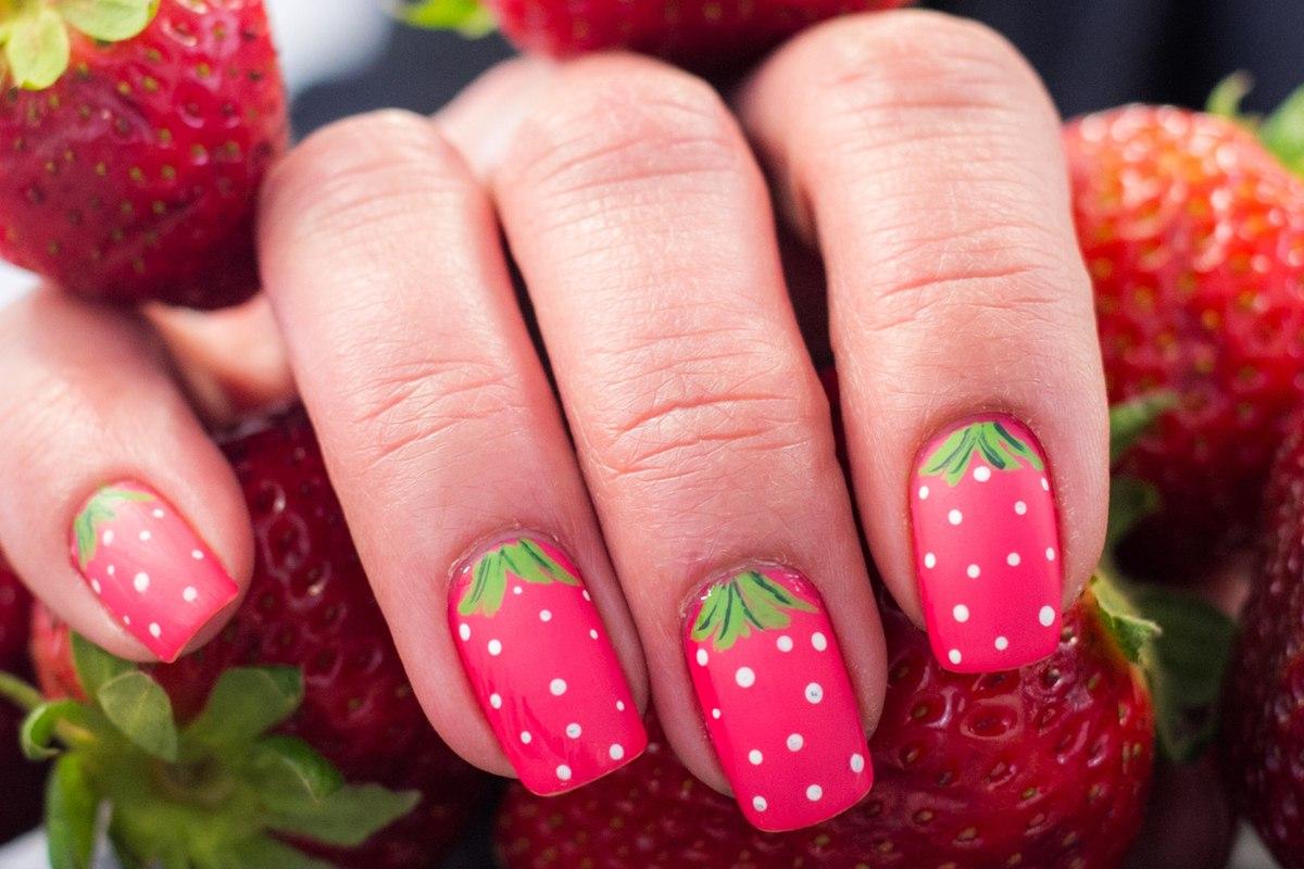 Strawberry nail art: le fragole sulle unghie sono il trend della primavera