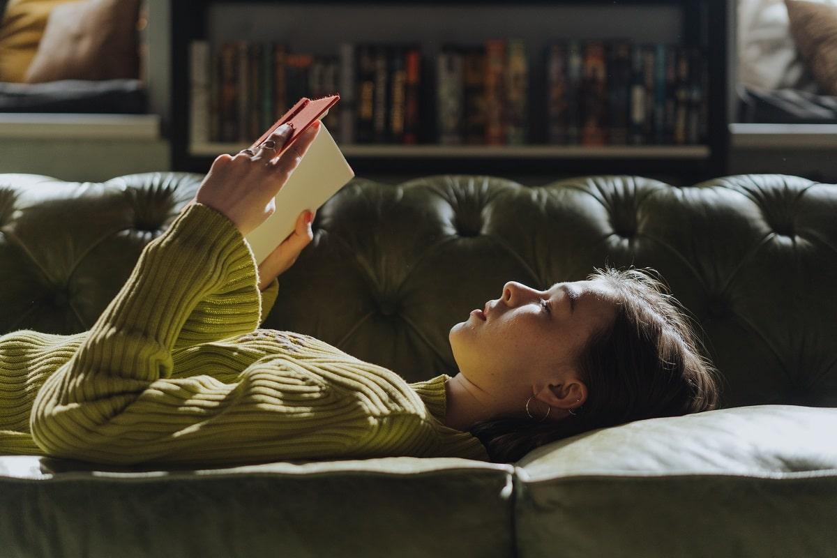 ragazza che legge libro