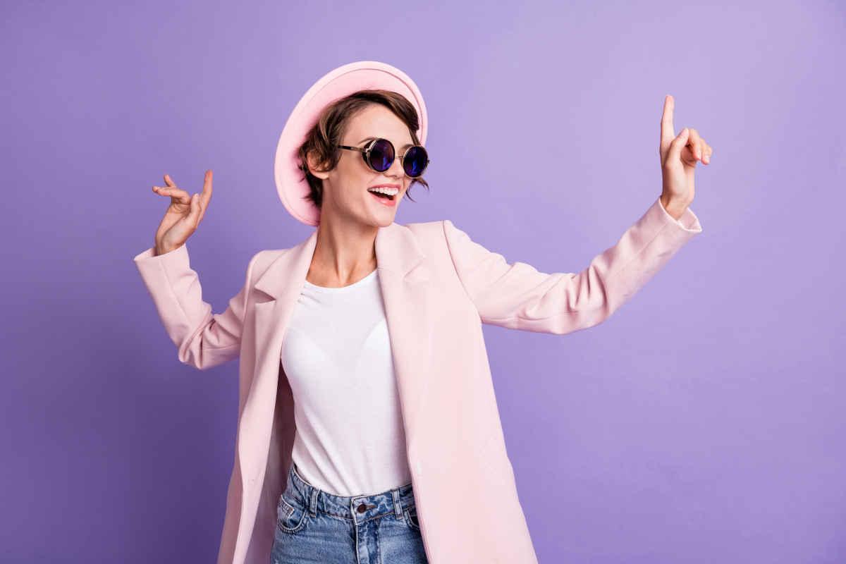 abbinamento giacca rosa pastello e cappello