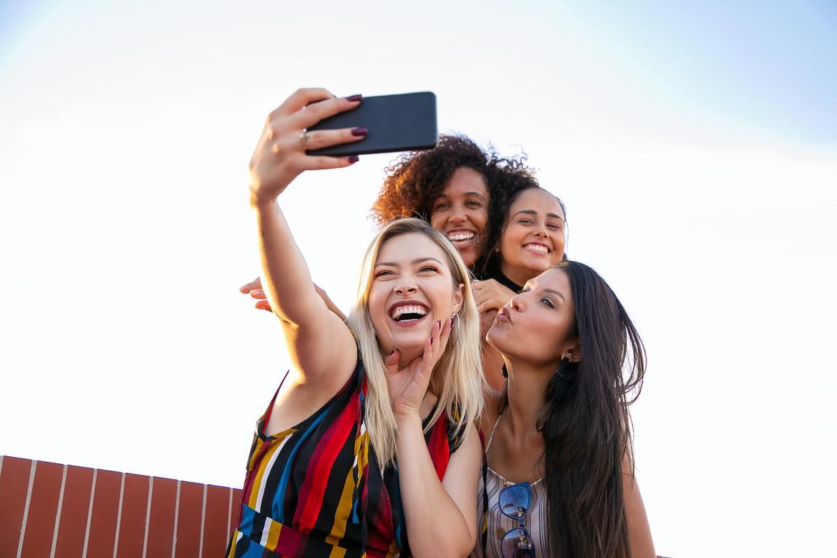 Ragazze fanno un selfie