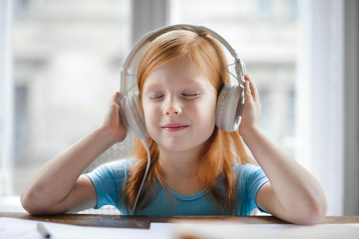 Bambina che ascolta con cuffie