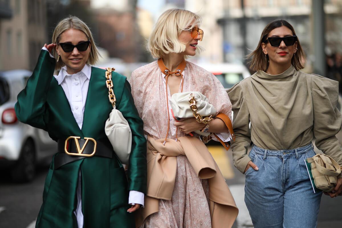 ragazze con chain pouch