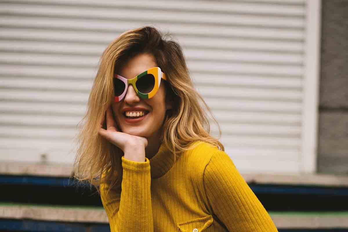 ragazza occhiali da sole colorati
