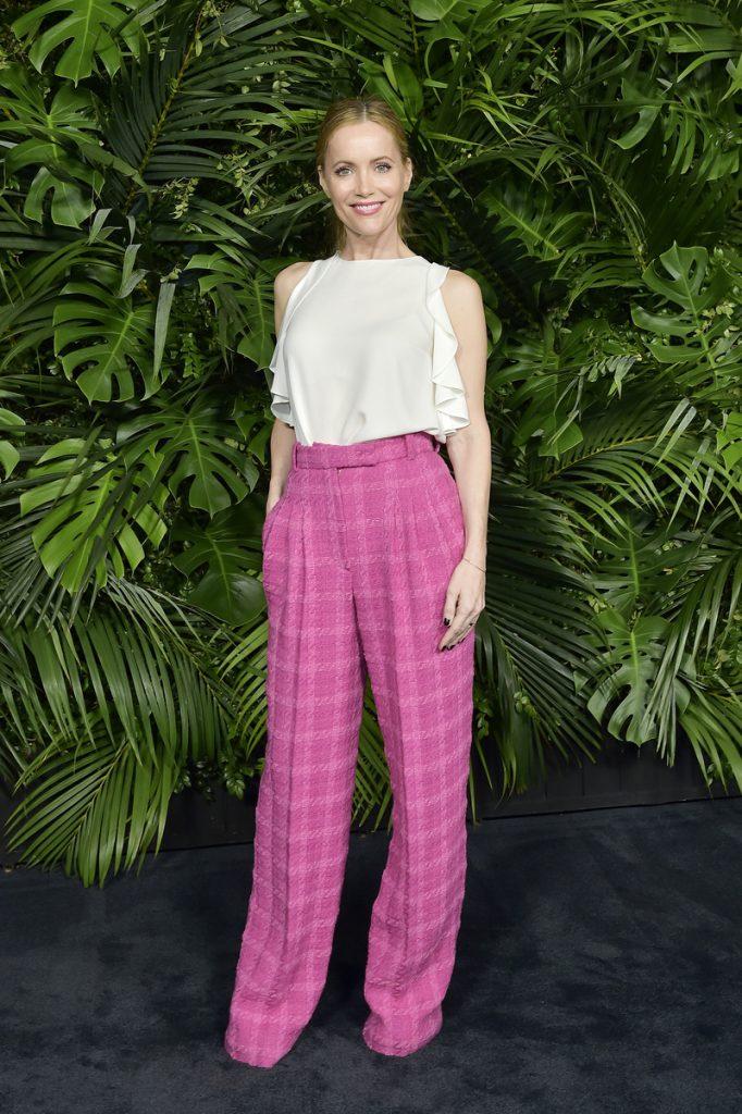 pantaloni a palazzo a quadri rosa abbinati con un top elegante bianco