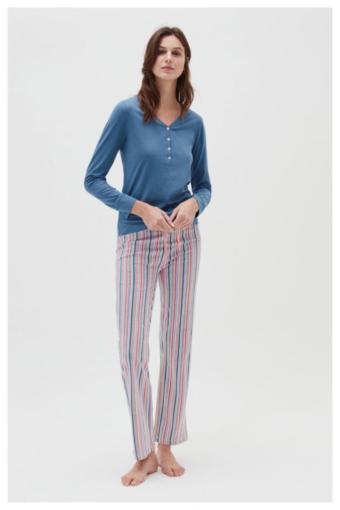 Donna indossa pigiama a maniche lunghe a righe