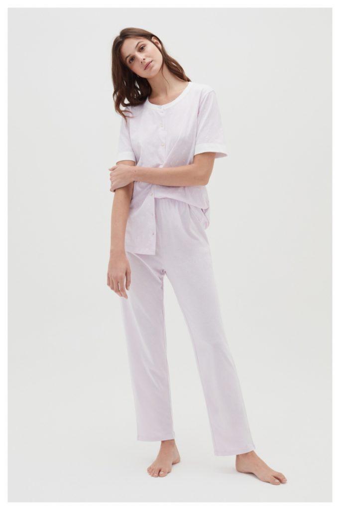 Donna indossa pigiama di cotone a maniche corte con pantaloni lunghi