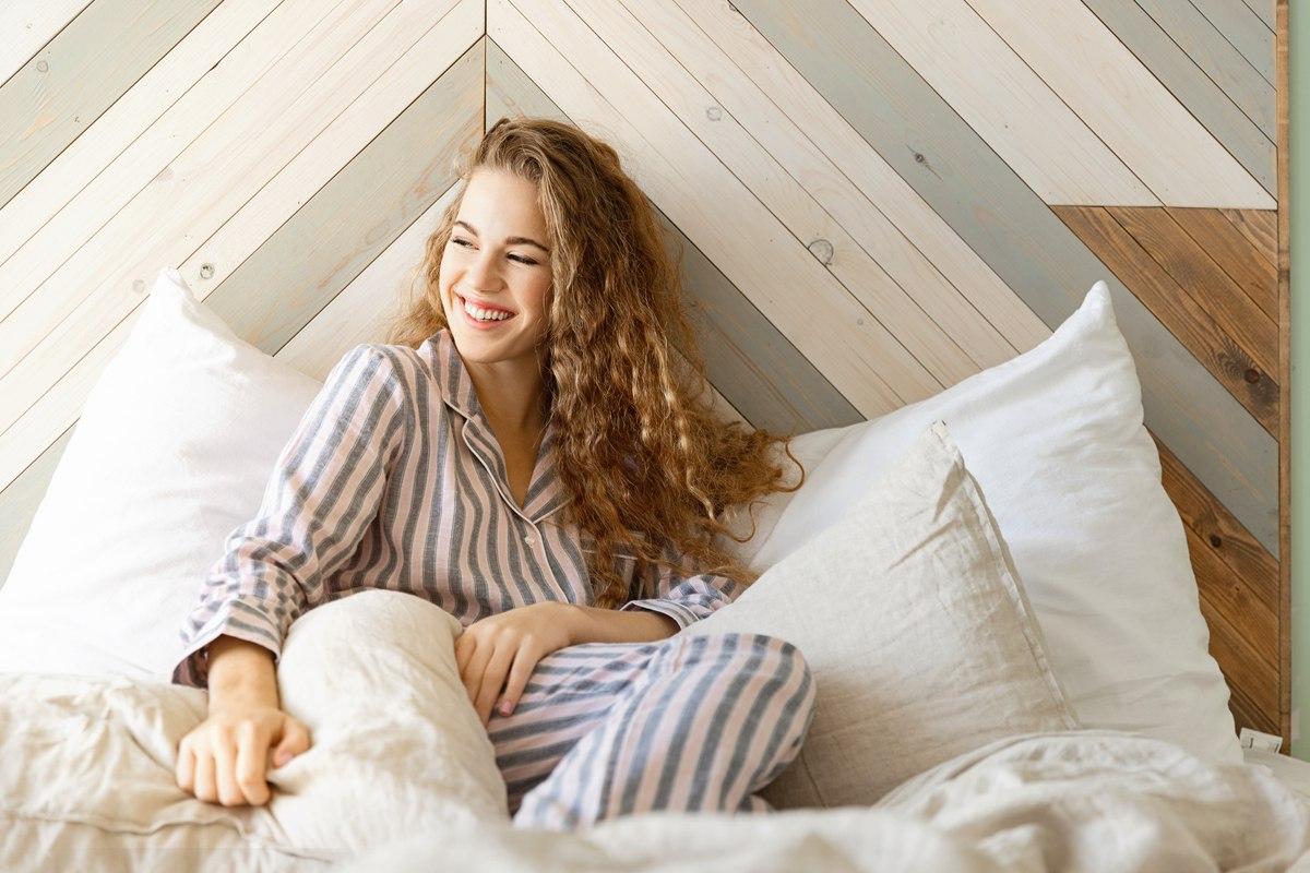 Donna a letto in pigiama