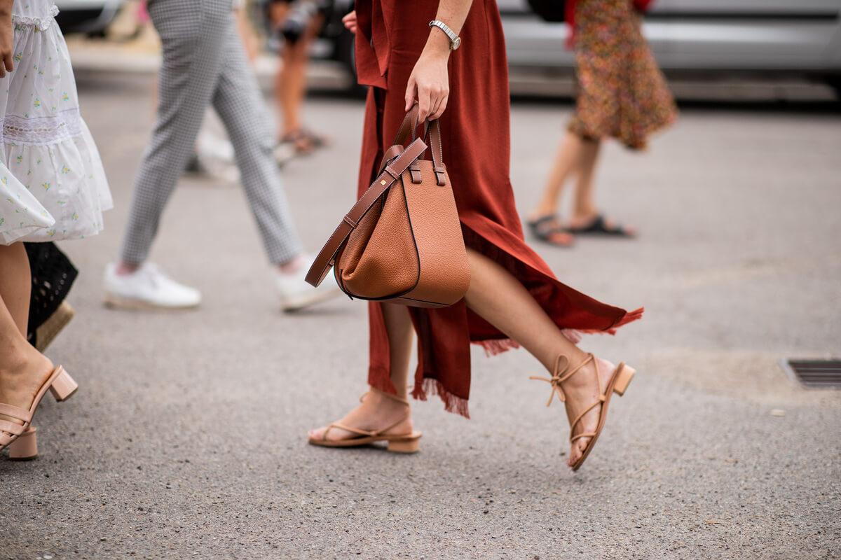 Ragazza indossa sandali bassi
