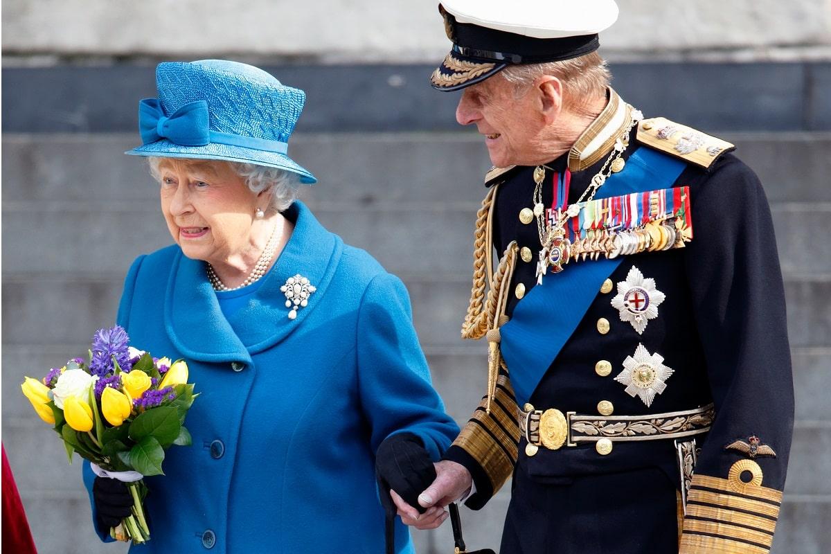 Principe Filippo e Regina Elisabetta camminano insieme