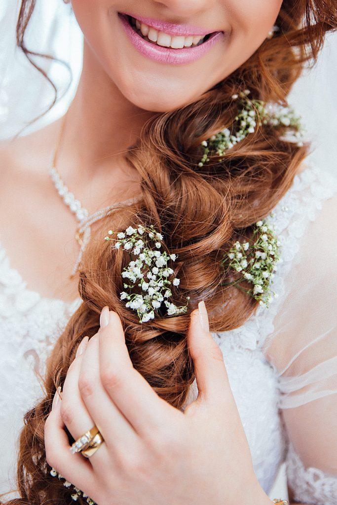 sposa con fiori acconciatura
