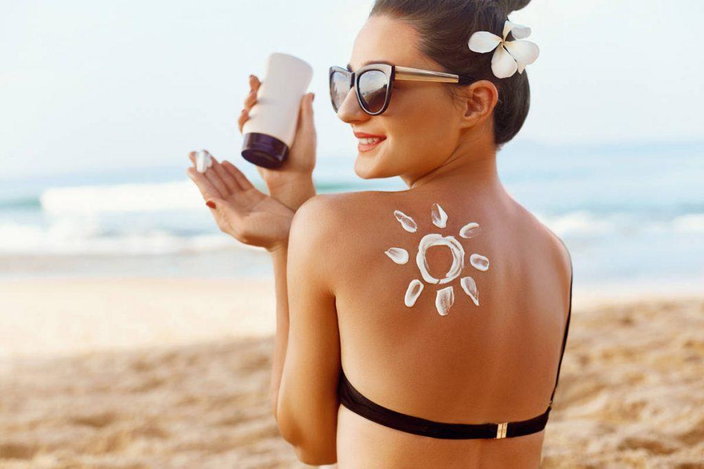 Ragazza con crema solare
