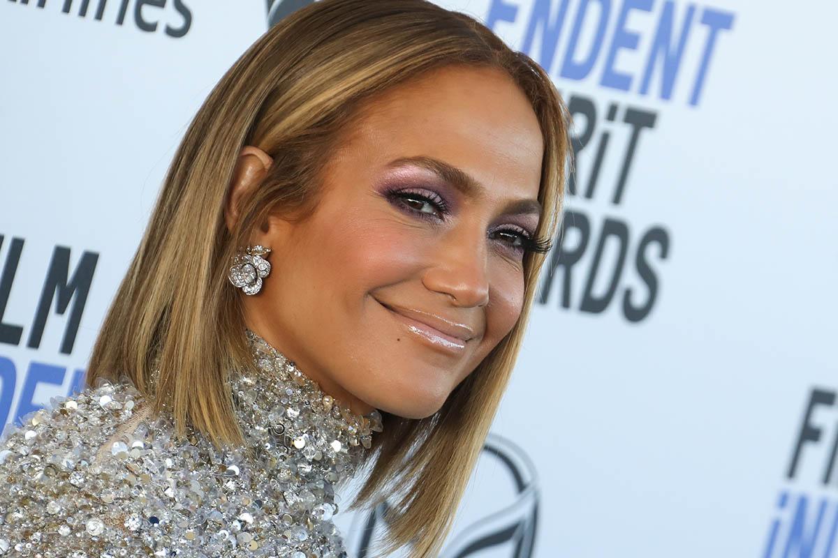Jennifer Lopez ci mostra la tendenza dell'autunno: il neon