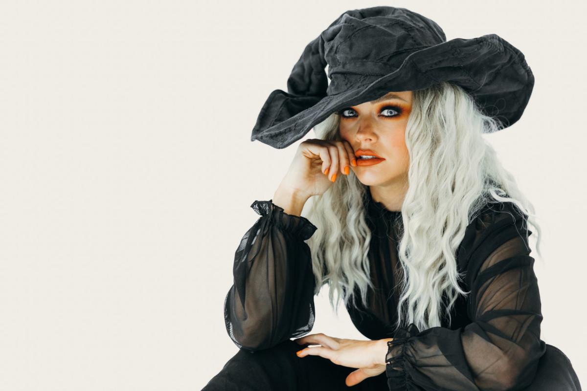 ragazza con costume da strega
