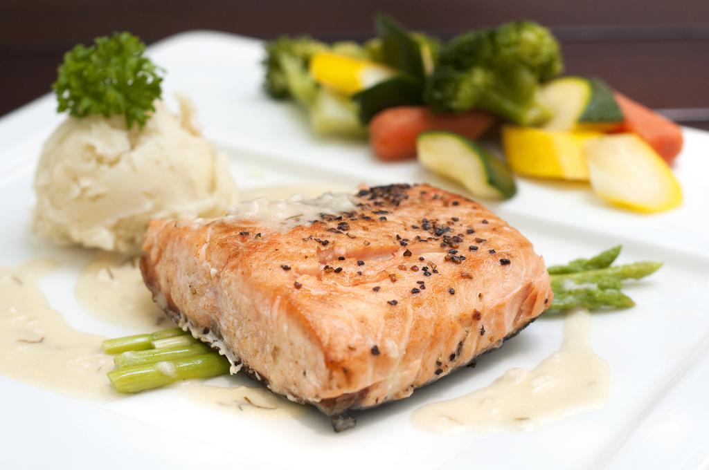 Filetto di salmone con asparagi