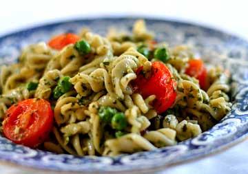 Pasta fredda con olive e noci