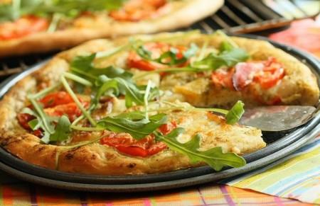 Pizza con pesto e pomodorini