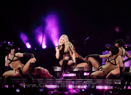 Madonna: capitombolo sul palco di Lisbona
