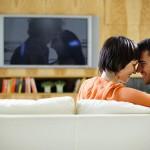 coppia guarda film romantico