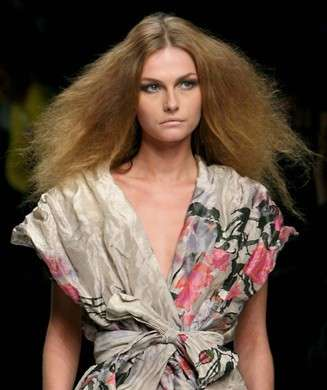 Acconciature capelli lunghi, il ritorno del frisé