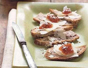 Ricette autunnali: crostini con marmellata di fichi e parmigiano