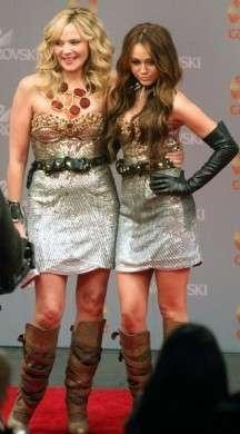 Sex and the city 2: Kim Cattrall e Miley Cyrus in Matthew Williamson