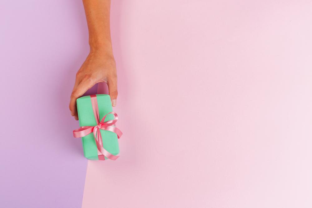 Addobbi natalizi fai da te: incartare con la carta da pacchi