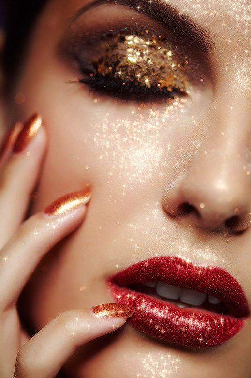 Trucco capodanno oro con labbra rosse
