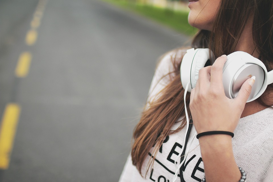 ragazza ascolta la musica
