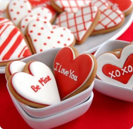 Ricette San Valentino: biscotti glassati a forma di cuoricini