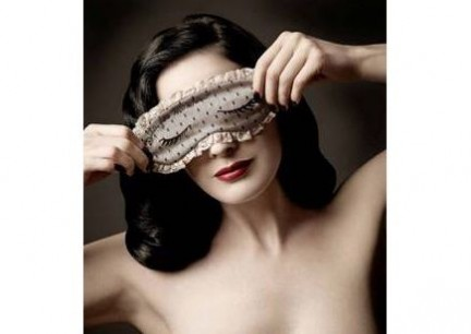Moschino: mascherina da notte di Dita Von Teese
