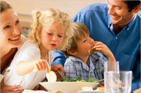 Obesità infantile, si previene con pasti in famiglia e poca tv
