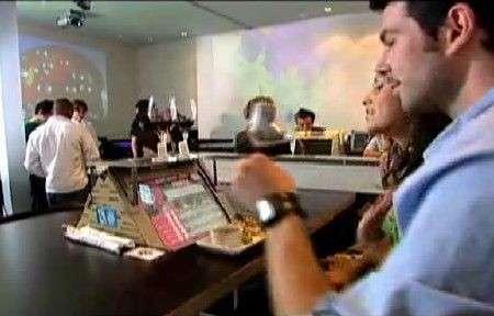 Cibo e divertimento al ristorante tecnologico