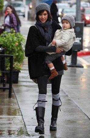 Look anti pioggia: Jessica Alba con gli stivali Prada